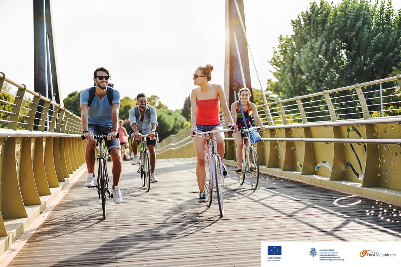 campagnebeeld jongen mensen fietsen over brug