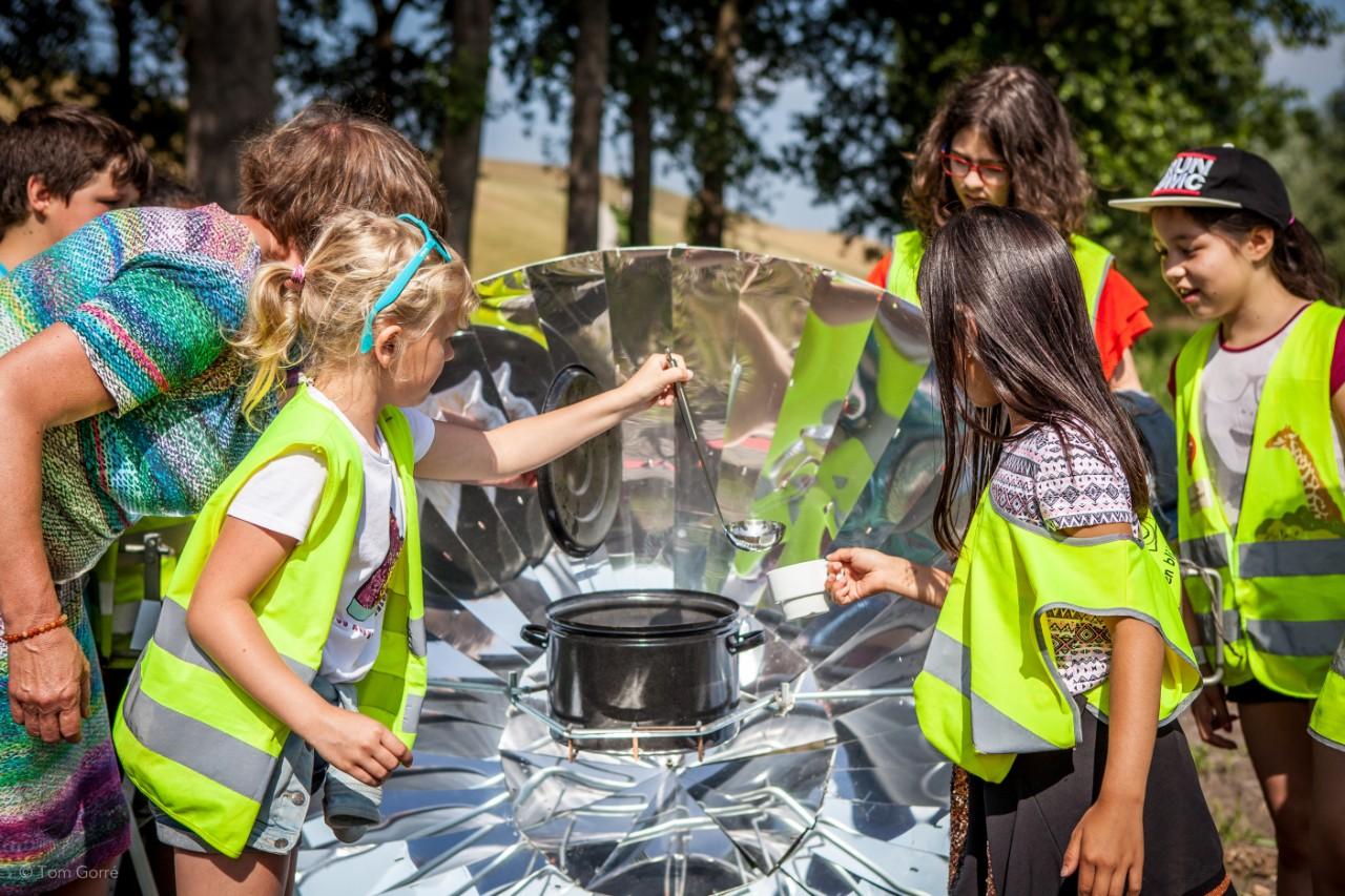 kinderen doen een doe-opdracht bij fabriek energiek