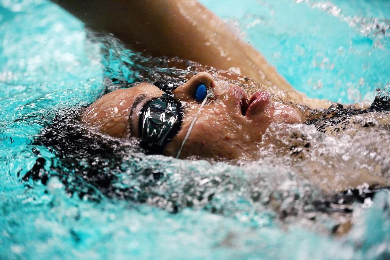 vrouw volgt zwemlessen in het zwembad in de gavers