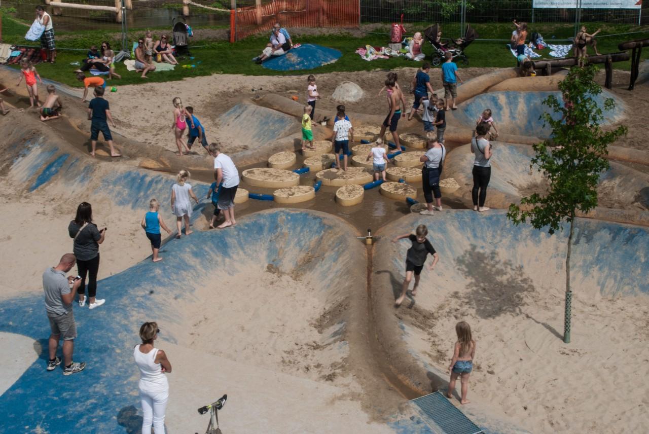 Kinderen in de waterspeeltuin