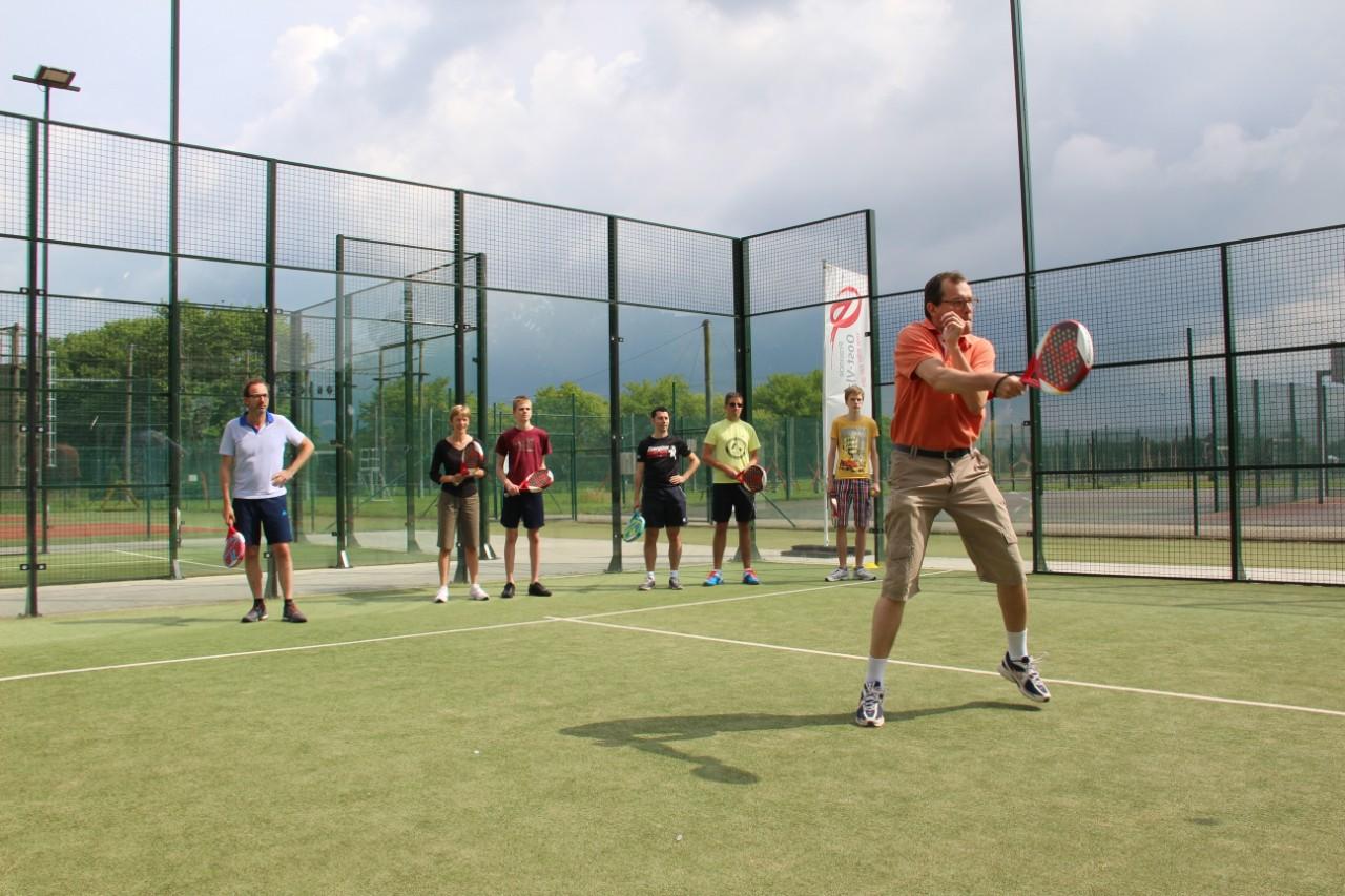bezoekers op het tennisveld